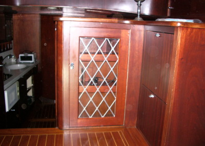 Kastdeurtje met glas in lood aan boord Supervancraft